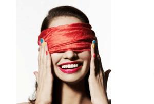 Une femmes les yeux bandés