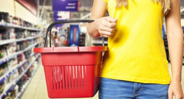 une femme qui fait ses courses au supermarché