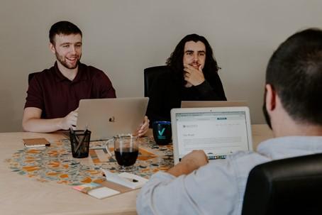 Trois hommes travaillant dans une communauté d'innovation