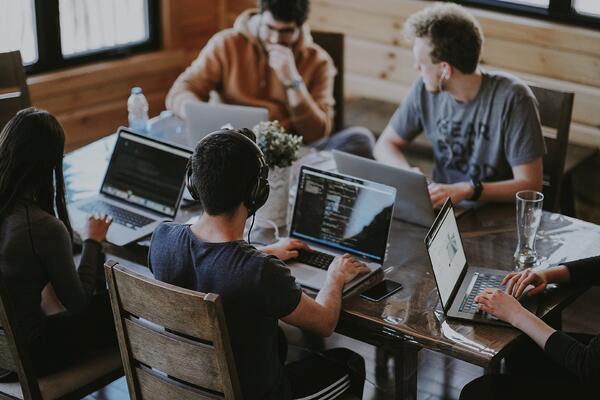 un groupe de personnes travaillant sur ordinateurs